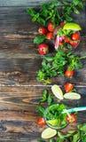 Установите с коктеилями известки и клубники mojito на деревянной предпосылке Стоковая Фотография
