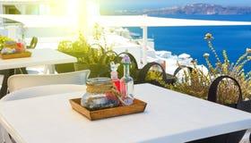 Установите таблицу обедая с взглядами кальдеры и моря Santorini Греции стоковые фото