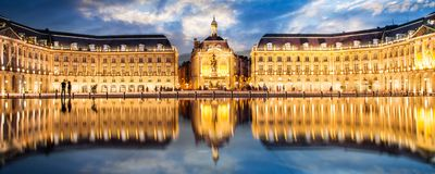 Установите фондовую биржу в Бордо, зеркало Ла воды к ноча Франция стоковые фотографии rf