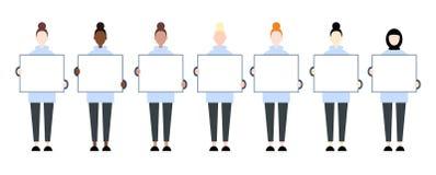 Установите характеров разнообразной гонки женских проводя пустой плакат Права женщин иллюстрация штока