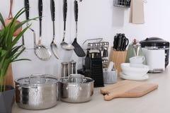 Установите чистых cookware, блюд, утварей и приборов на таблице стоковые фотографии rf
