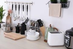 Установите чистых cookware, блюд, утварей и приборов на таблице стоковые изображения