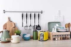 Установите чистых cookware, блюд, утварей и приборов на таблице стоковая фотография