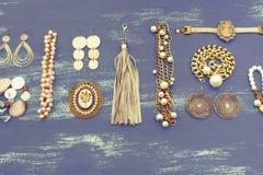 Установите ювелирные изделия ` s женщин на деревянной предпосылке стоковое фото rf