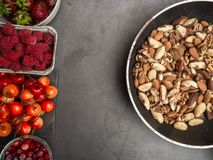 Установите ягод, гаек в шарах для здорового образа жизни Здоровая концепция еды, здоровая еда сердца, resveratrol и противостарит стоковая фотография rf