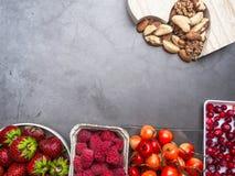 Установите ягод, гаек в шарах для здорового образа жизни Здоровая концепция еды, здоровая еда сердца, resveratrol и противостарит стоковая фотография