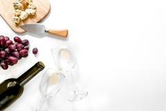 Установите для выпивая вина с сыром и красной виноградиной на белом взгляд сверху copyspace предпосылки стоковые изображения rf