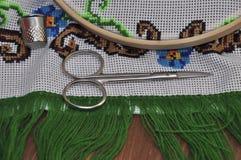 Установите для вышивки на деревянном столе предпосылки, макросе стоковая фотография