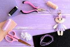 Установите для деятельности при и творческих способностей детей Кукла войлока, ножницы, поток, иглы, штыри, плоскогубцы, шнур зам стоковое изображение