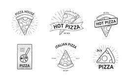 Установите monochrome логотипов с кусками пиццы и руки резца колеса нарисованной в элегантном винтажном стиле также вектор иллюст стоковое изображение