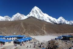 Установите Pumori увиденное от Gorak Shep, трека базового лагеря Эвереста, Непала стоковое фото rf