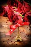 Установка валентинки с украшением Эйфелевой башни и букетом  Стоковые Изображения