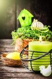 Установка весны с свечой и декоративными яичками Стоковое Фото