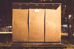 Установка высоковольтного шкафа на открытом воздухе для переключать электрические установки стоковое изображение
