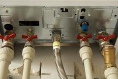 Установка домашнего боилера газового нагрева с красными кранами стоковые фотографии rf