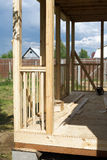 Установка деревянной террасы загородного дома Стоковая Фотография RF