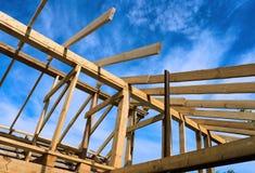 Установка деревянных балок на конструкции дома Стоковое фото RF