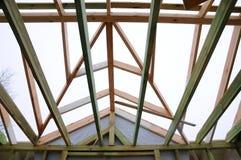 Установка деревянных балок на конструкции система ферменной конструкции крыши дома Стоковое Изображение RF