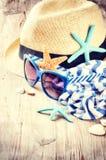 Установка летнего отпуска с соломенной шляпой и солнечными очками Стоковое фото RF