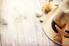 Установка летнего отпуска с соломенной шляпой и seashells Стоковое фото RF