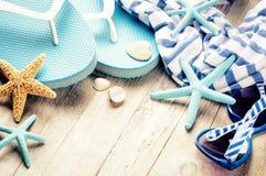Установка летнего отпуска с темповыми сальто сальто и пляж носят Стоковое Изображение RF