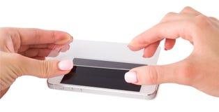 Установка защитного стекла на smartphone Стоковая Фотография RF
