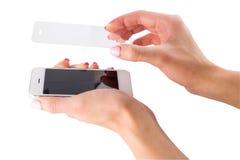Установка защитного стекла на smartphone Стоковые Изображения