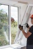 Установка и ремонт пластичных окон Стоковые Изображения