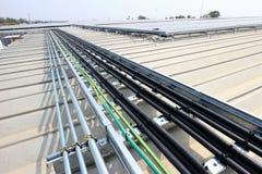 Установка кабеля для солнечной системы крыши стоковая фотография