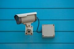 Установка камеры старого CCTV камеры или безопасности замкнутой телевизионной системы на голубой деревянной предпосылке Стоковые Фотографии RF