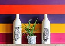 Установка кафа 2 белых бутылок фарфора с покрашенными сычами Стоковое фото RF