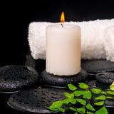 Установка курорта зеленых папоротника, полотенец и свечи ветви на камне Дзэн Стоковое Фото