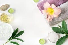 Установка курорта полотенца, цветка изолированного на белизне с космосом экземпляра Стоковые Изображения RF