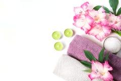 Установка курорта полотенца, цветка изолированного на белизне с космосом экземпляра Стоковая Фотография