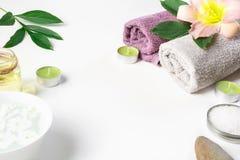 Установка курорта полотенца, цветка изолированного на белой предпосылке с космосом экземпляра Стоковые Фотографии RF