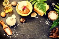 Установка курорта с баром мыла, травяным шариком массажа и эфирным маслом Стоковая Фотография