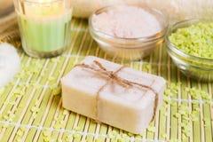 Установка курорта с естественными мылом, солями для принятия ванны и свечой Стоковая Фотография RF