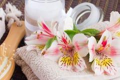 Установка курорта с цветками alstroemeria стоковое изображение rf