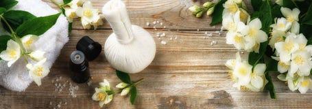 Установка курорта с эфирным маслом и цветками жасмина Стоковое Фото