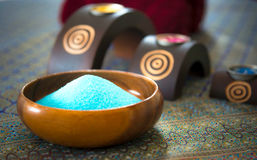 Установка курорта тайская для терапии ароматности и массажа сахара и соли с цветком на кровати, ослабляет и здоровая забота, Стоковые Фото