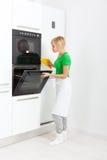 Установка кухонного прибора женщины современная Стоковые Фотографии RF