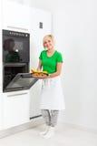 Установка кухонного прибора женщины современная стоковая фотография rf