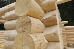 Установка лучей и тимберса на строительной площадке стоковые фотографии rf