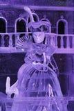Установка льда женщины в маске сделанной изо льда стоковое изображение
