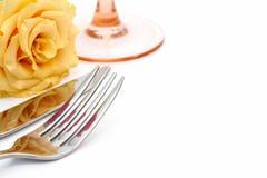 Установка места обеда Нож и вилка и стекло с розой желтого цвета Стоковая Фотография