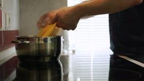 Установка некоторых спагетти в бак кипятка сток-видео