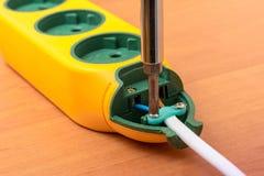 Установка нового выхода с отверткой, электрическая работа Стоковое фото RF