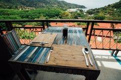 Установка обеденного стола в кафе лета под открытым небом Деревянная мебель в кафе лета Стоковые Изображения