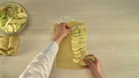 Установка отрезанных яблок на замешанное тесто сток-видео