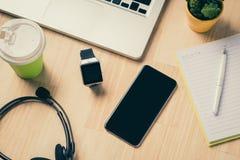 Установка офиса Закройте вверх 2 компьтер-книжек, таблетки и smartwatch на деревянной таблице офиса Стоковое фото RF